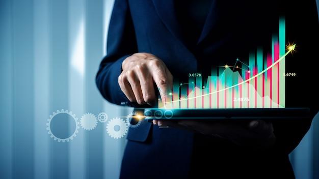 Business intelligence bi и большие данные для управления бизнесом в розничной торговле деловая женщина держит планшет с бизнес-аналитикой ba цифровая виртуальная реальность vr финансовая панель