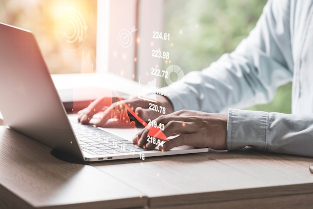 事業投資と経済不況の危機の概念、技術的な株式市場のグラフを分析するためにラップトップコンピューターを使用するビジネスマン。