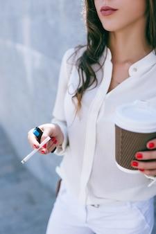 Кофе-брейк бизнес-леди. чашка кофе и сигарета