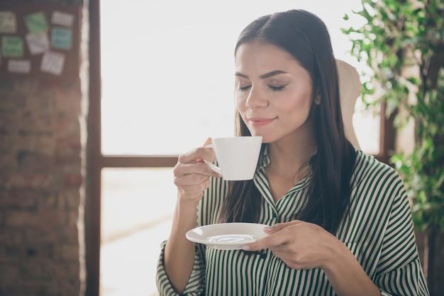 사무실에서 커피 냄새 향기를 마시는 비즈니스 아가씨
