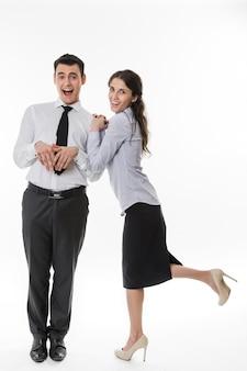 Бизнес-леди флиртует с клерками на белом фоне