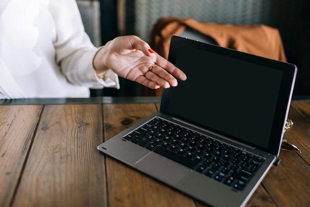 Обед бизнес-леди. работа в кафе с ноутбуком