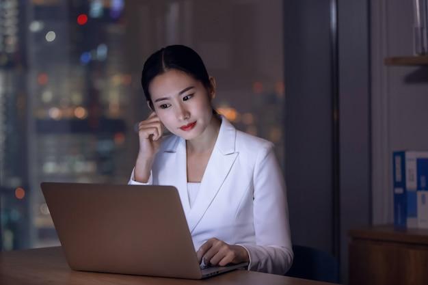 Офис бизнес-леди работает сверхурочно