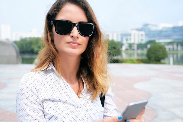 ビジネス女性のテキストメッセージ