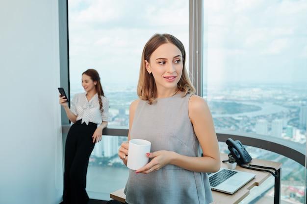 Бизнес-леди с кружкой кофе