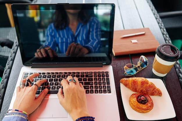 Бизнес-леди, работающая на компьютере