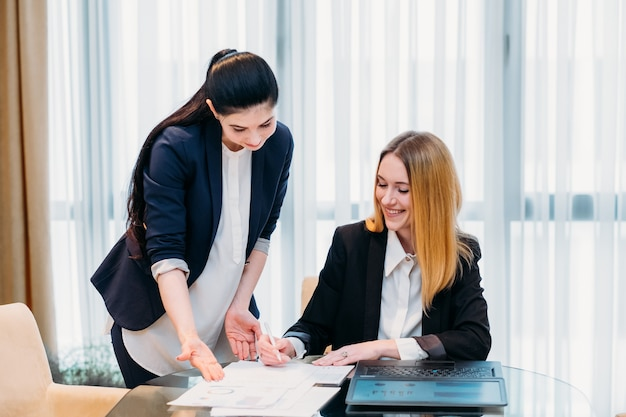 Бизнес-леди, работающая со своим секретарем