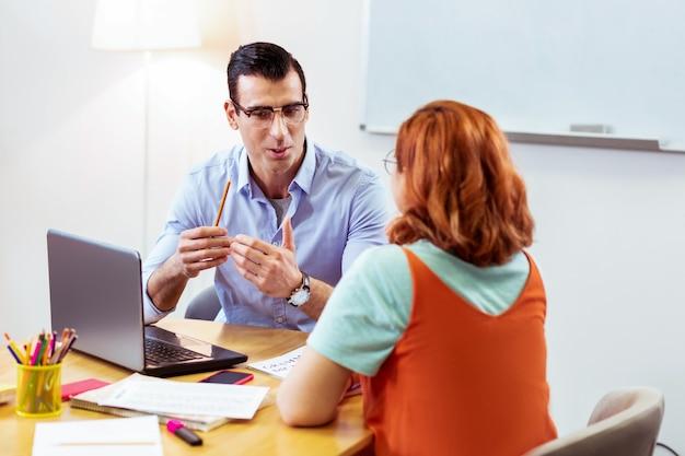 비즈니스 교훈. 비즈니스 수업을 수행하는 동안 그의 학생과 이야기 잘 생긴 잘 생긴 남자
