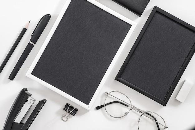Основы деловой жизни. набор канцелярских принадлежностей. плоская планировка пустых фоторамок, очков, канцелярских принадлежностей