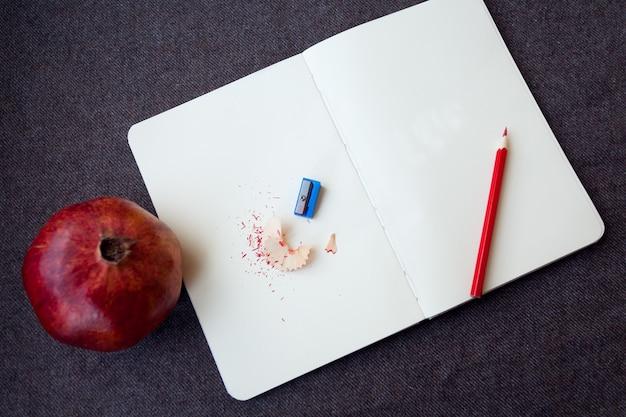 비즈니스, 라이프스타일, 음식, 커피 개념 - 갈색 천 배경에 연필과 연필 부스러기가 있는 노트북