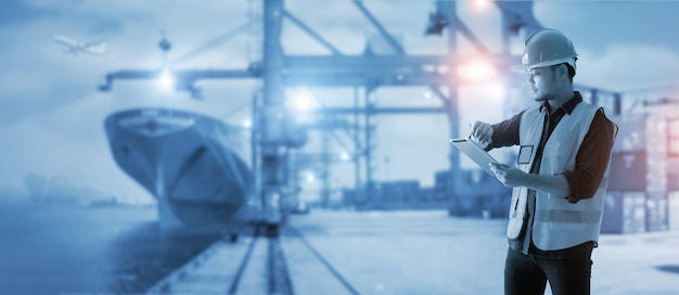 ビジネスロジスティクスとインポートエクスポートフォアマンはタイミングを確認し、タブレットコントロールローディングコンテナを使用します