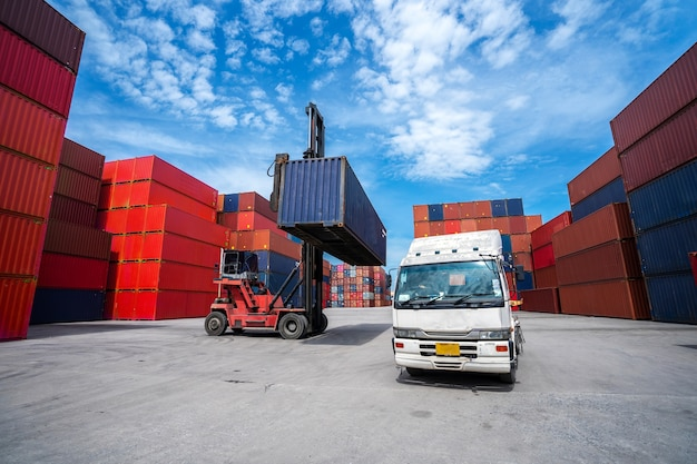 Бизнес-концепция логистики, концепция импорта и экспорта.