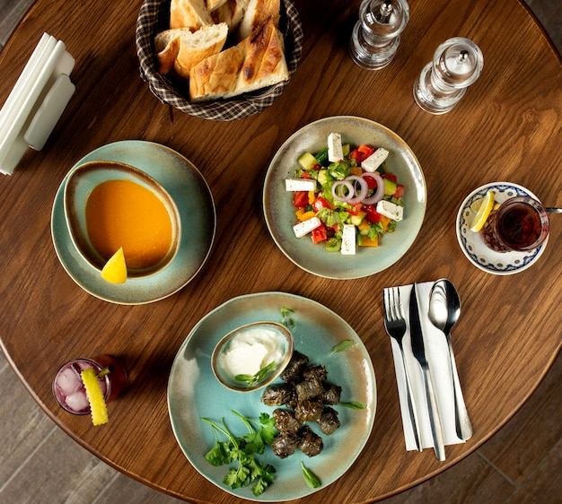Бизнес-ланч, состоящий из супового салата и основного блюда