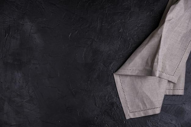 ビジネスランチ、黒い色の背景、バナー、上面図、コピースペースにリネンナプキンとテーブルの場所の設定。