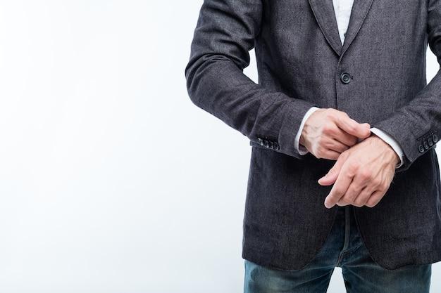 Деловой человек, регулирующий рукав. концепция успеха и уверенности.