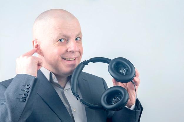 사업가 음악을 듣기 위해 헤드폰을 광고합니다.