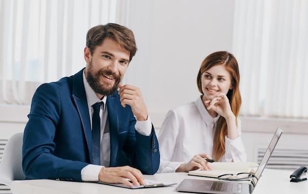 비즈니스 남자와 노트북 작업 문서와 함께 사무실에서 그의 직원. 고품질 사진