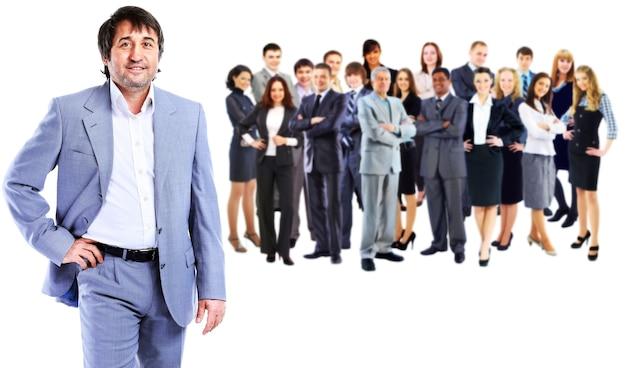 비즈니스 남자와 그의 팀은 흰 벽 위에 절연
