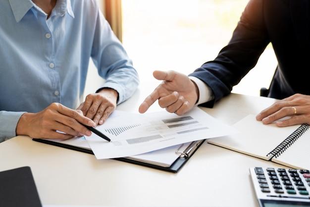 Деловой человек и команда, анализируя финансовый отчет для планирования финансового случая клиента в офисе.