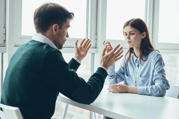 Деловой мужчина и женщина за столом, общение с коллегой по работе