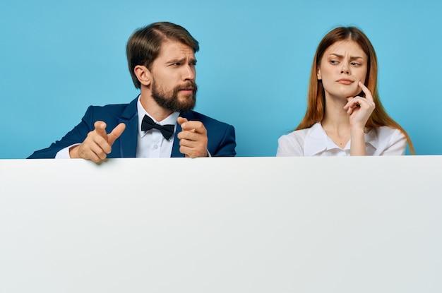 ビジネスの男性と女性の看板マーケティング楽しい感情孤立した背景。高品質の写真