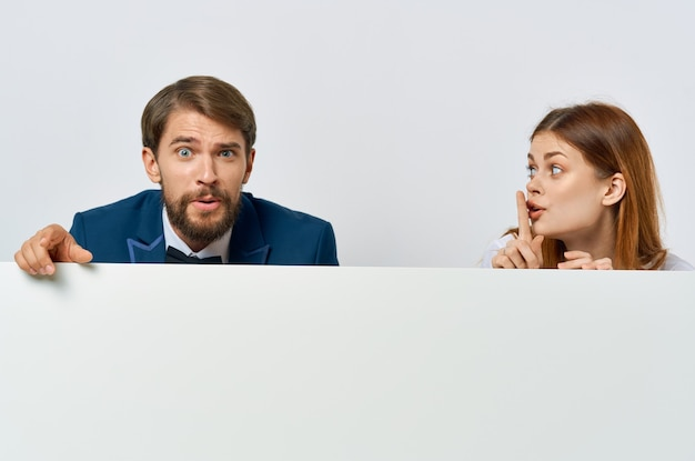ビジネスの男性と女性の看板マーケティング楽しい感情孤立した背景