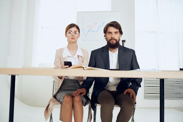 職場でのハラスメント問題でのビジネスマンと女性のビジネス同僚