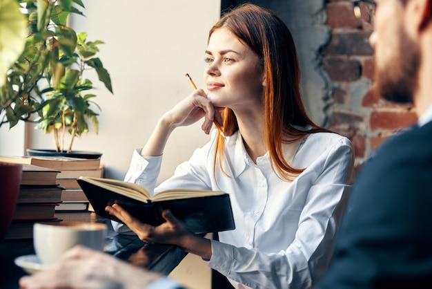 비즈니스 남자와 여자 카페 일 라이프 스타일에서 채팅
