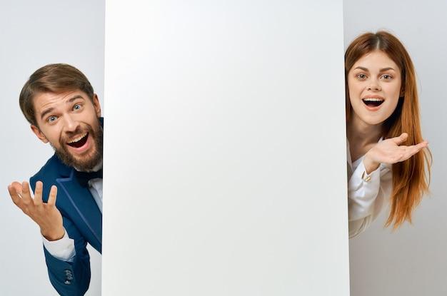 ビジネスの男性と女性の感情のプレゼンテーションホワイトペーパーのモックアップポスター