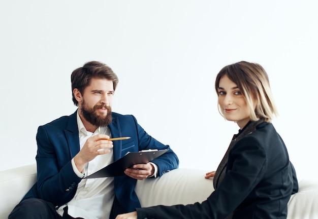 Деловые мужчины и женщины-сотрудники общаются на диване в помещении