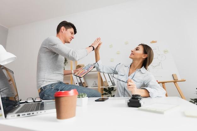 Бизнес мужчина и женщина высокие пять