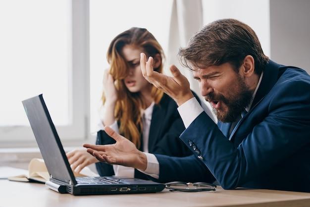 ノートパソコンのキャリアワークの専門家の前でオフィスでビジネスの男性と女性