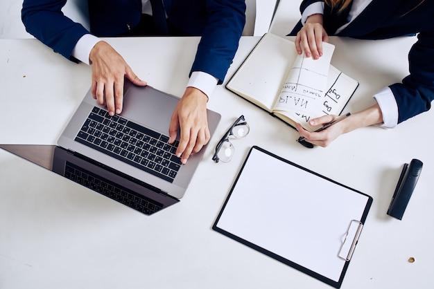 비즈니스 남자와 여자 노트북 및 테이블 관리에 문서