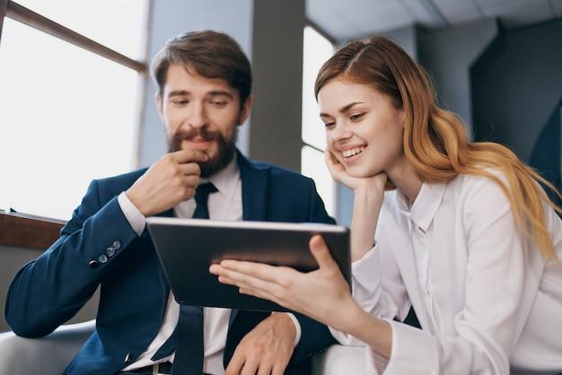 태블릿 기술 사무실을 바라보는 사업가와 여성