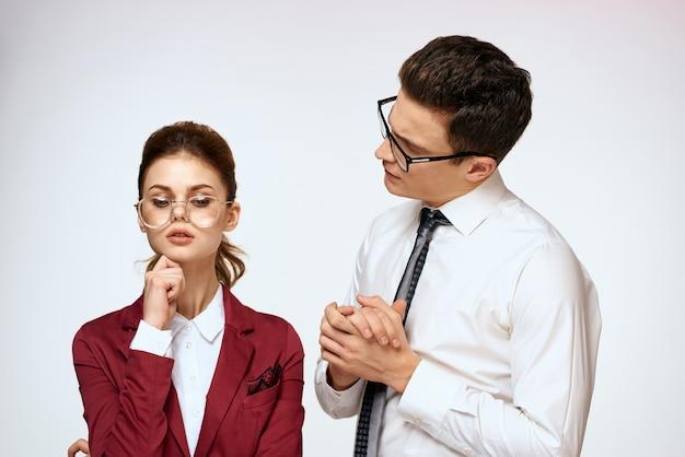 ビジネスマンと女性のオフィス事務局職員のコミュニケーション。高品質の写真