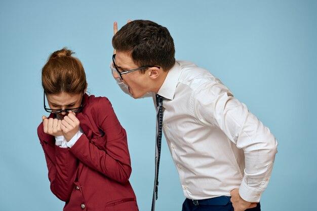ビジネスの男性と女性のオフィスのカップル