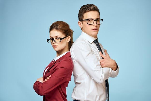 ビジネスの男性と女性のオフィスの役人のコミュニケーション仕事の同僚のスタジオの青い背景。