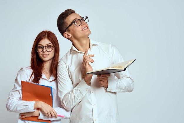 ビジネスの男性と女性の秘書は、明るい背景で従業員の同僚を文書化します