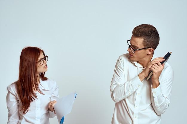Деловой мужчина и женщина-секретарь документируют коллег сотрудников на свете