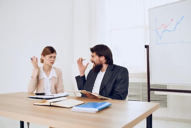 비즈니스 남자와 여자는 불만 통신 감정을 비명 작업 테이블에 앉아