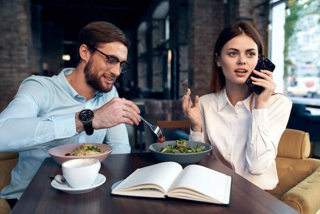 비즈니스 남자와 여자 카페 점심 통신 라이프 스타일에 앉아