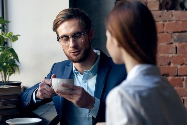 비즈니스 남자와여자가 아침 생활을 사교 카페에 앉아