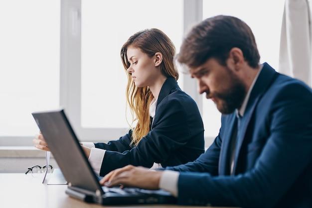 노트북 팀워크 인터넷 관계자 앞에 앉아 비즈니스 남자와 여자
