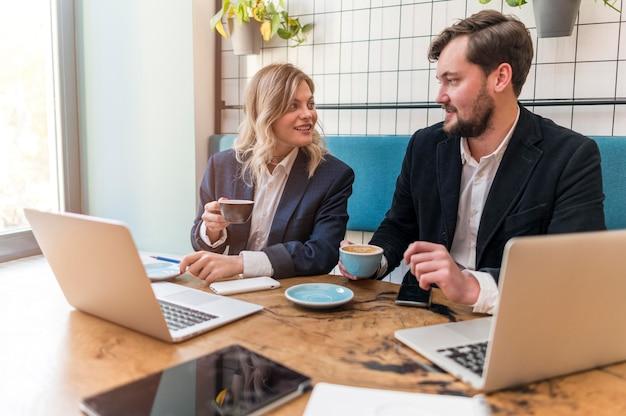 비즈니스 남자와 여자는 새로운 프로젝트에 대해 이야기