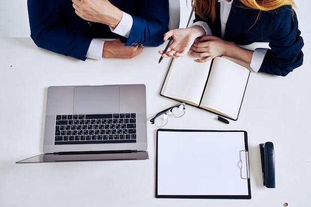 노트북으로 사무실에서 비즈니스 남자와 여자 팀워크. 고품질 사진