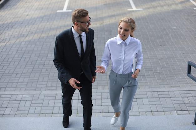 ビジネスの男性と女性がオフィスセンターを歩いています。