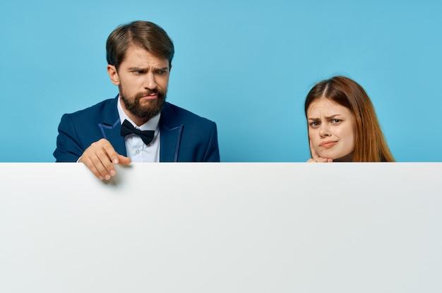 ビジネスの男性と女性の白いバナー広告プレゼンテーション孤立した背景コミュニケーション