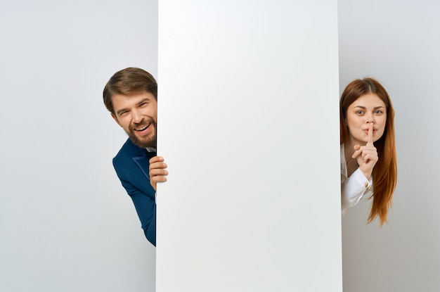 Представление космоса экземпляра рекламы белой книги бизнесмена и женщины. фото высокого качества
