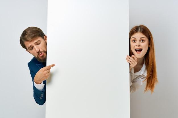Деловой мужчина и женщина белая бумага реклама копировать пространство презентация