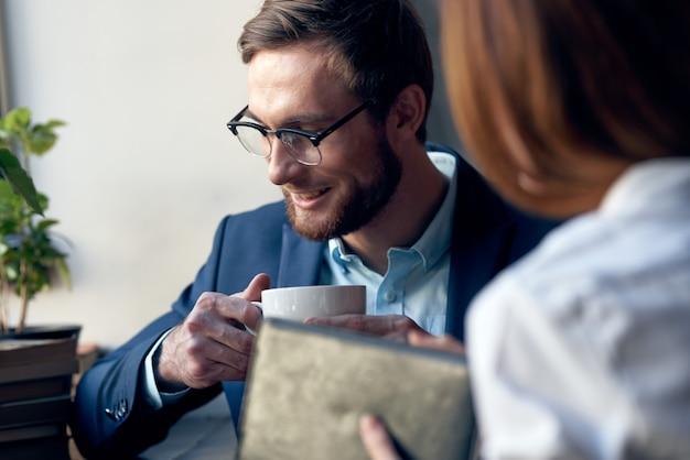 비즈니스 남자와 여자 직장 동료 카페 아침 식사 통신